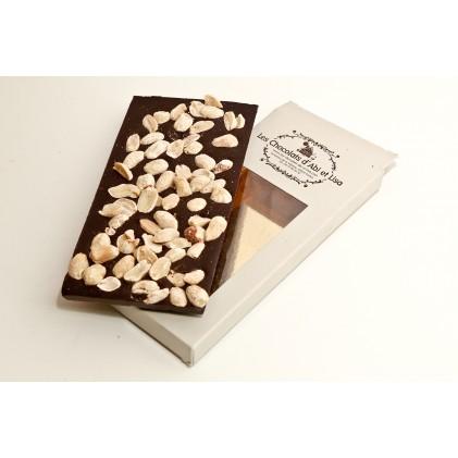 Tablette de chocolat noir avec ses cacahuètes