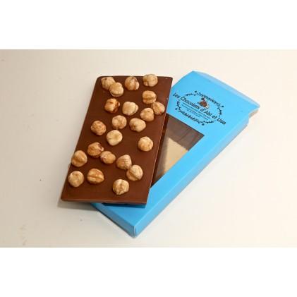 Tablette de chocolat au lait , tablette chocolat noir ou tablette au chocolat blanc avec ses noisette du piémont