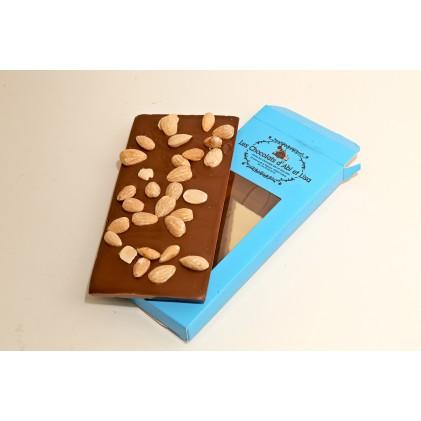 Tablette de chocolat au lait , tablette chocolat noir ou tablette au chocolat blanc avec ses amandes